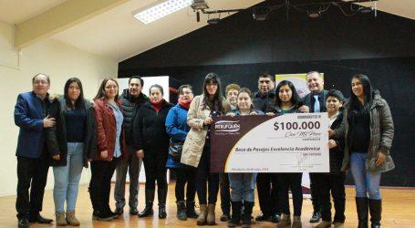 Alcalde entregó 70 becas de movilización a estudiantes excelencia Pitrufquén