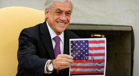 Piñera muestra imagen con la bandera de Chile fusionada a la de EE.UU.