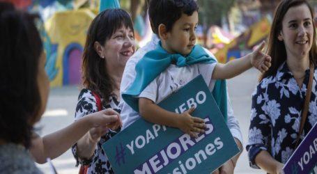 """Militantes DC desplegados en las calles de Chile por la opción """"Apruebo"""""""